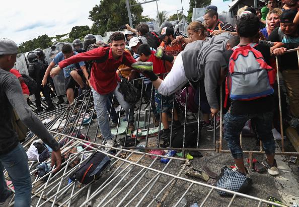 ヒューマンインタレスト「Migrant Caravan Crosses Into Mexico From Guatemala」:写真・画像(12)[壁紙.com]