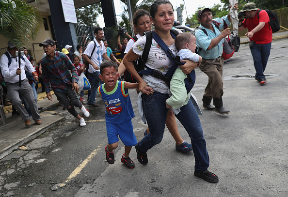 ヒューマンインタレスト「Migrant Caravan Crosses Into Mexico From Guatemala」:写真・画像(2)[壁紙.com]