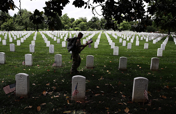 "US Memorial Day「Fallen Soldiers Honored With ""Flags In"" Tradition At Arlington Nat'l Cemetery」:写真・画像(14)[壁紙.com]"