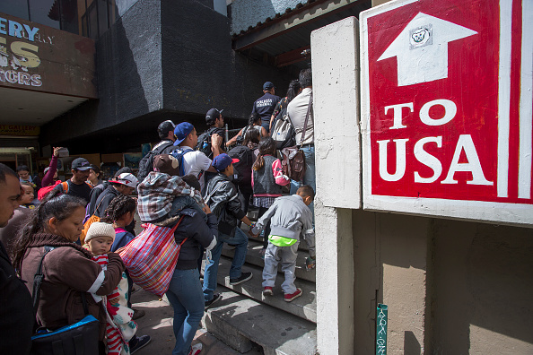アメリカ合衆国「Migrants In Caravan That Travelled Through Mexico Attempt To Be Granted Asylum At U.S. Border」:写真・画像(3)[壁紙.com]