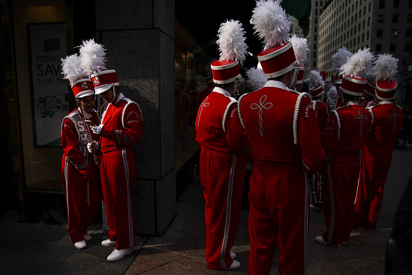 Waiting「75th Annual Columbus Day Parade Marches Up New York's Fifth Avenue」:写真・画像(11)[壁紙.com]
