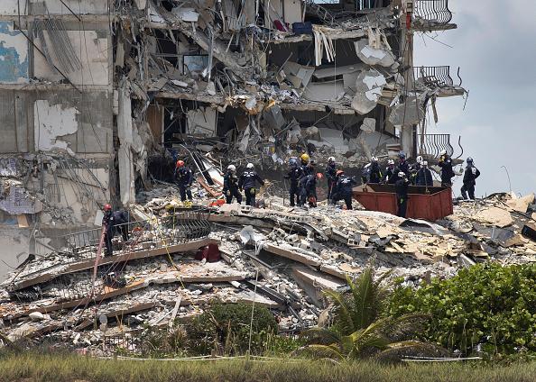 高層ビル「Dozens Presumed Missing After Residential Building In Miami Area Partially Collapses」:写真・画像(12)[壁紙.com]