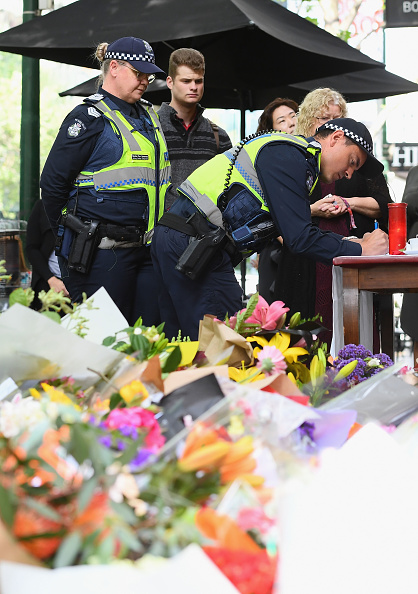 Paying「Tributes Continue For Victim Of Deadly Bourke Street Terrorist Attack」:写真・画像(13)[壁紙.com]
