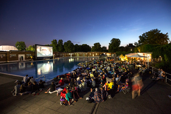 Outdoors「Cinema Enthusiasts Enjoy Jaws At Brockwell Lido」:写真・画像(2)[壁紙.com]