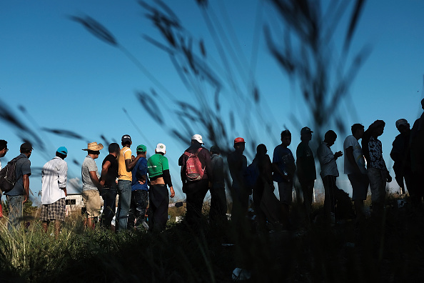 Waiting「Thousands Of Hondurans In Migrant Caravan Continue March Through Mexico」:写真・画像(14)[壁紙.com]