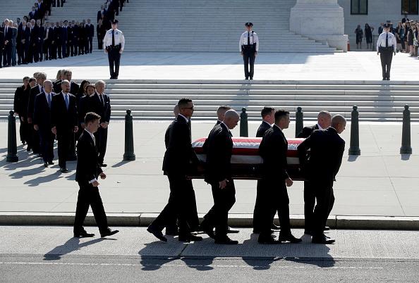Alex Wong「Former Justice John Paul Stevens Lies In Repose At Supreme Court」:写真・画像(18)[壁紙.com]