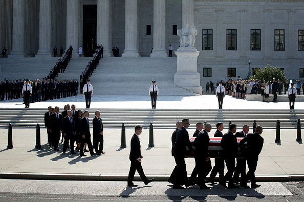 Alex Wong「Former Justice John Paul Stevens Lies In Repose At Supreme Court」:写真・画像(17)[壁紙.com]
