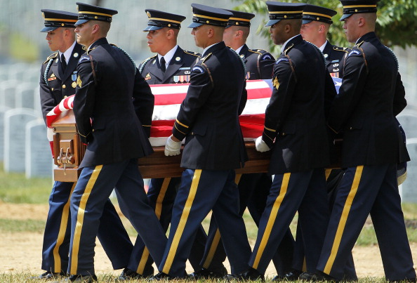 Alex Wong「Burial Held For Two Army Soldiers Killed In Iraq And Afghanistan」:写真・画像(15)[壁紙.com]