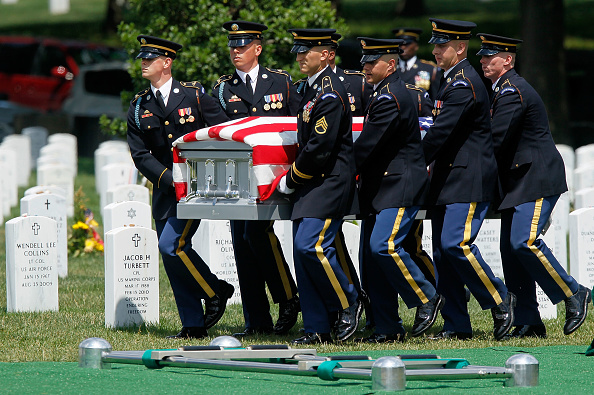 Alex Wong「Army Lt Col. Killed In Kabul Suicide Bombing Buried At Arlington Cemetery」:写真・画像(13)[壁紙.com]