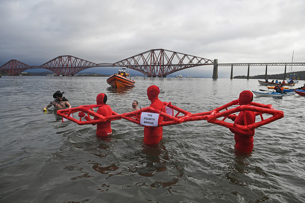 Connection「New Year's Day Bathers Take Part In The Loony Dook Swim」:写真・画像(4)[壁紙.com]