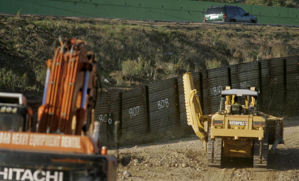 International Border Barrier「U.S.-Mexico Border As Fence Act Signed Into Law」:写真・画像(16)[壁紙.com]