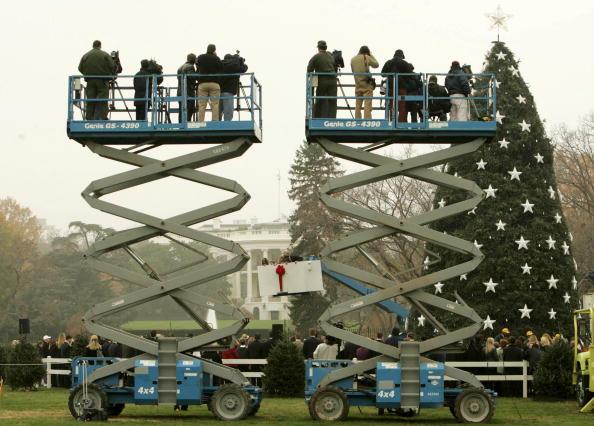 Hydraulic Platform「Lynne Cheney Places Star Atop Of National Christmas Tree」:写真・画像(14)[壁紙.com]