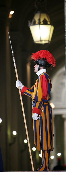 Alertness「Tourists And Pilgrims Flock To Vatican For Easter」:写真・画像(18)[壁紙.com]
