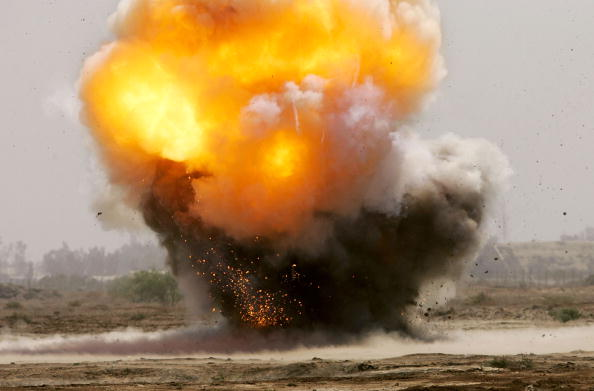Exploding「Army Explosives Team Destroys Roadside Bombs In Iraq」:写真・画像(1)[壁紙.com]