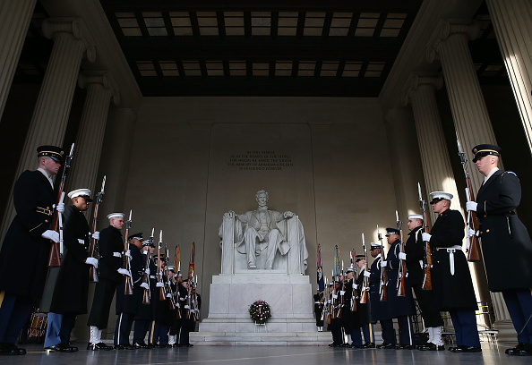 Lincoln Memorial「Abraham Lincoln's 207th Birthday Marked With Wreath-Laying At Lincoln Memorial」:写真・画像(1)[壁紙.com]