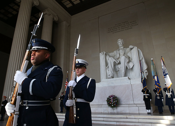 Lincoln Memorial「Abraham Lincoln's 207th Birthday Marked With Wreath-Laying At Lincoln Memorial」:写真・画像(6)[壁紙.com]