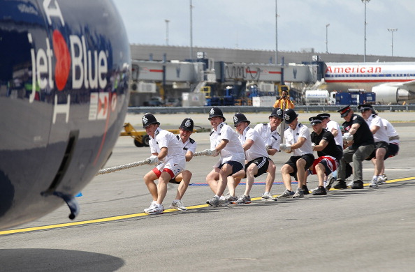 Kennedy Airport「Teams Compete To Pull Passenger Jet At JFK」:写真・画像(8)[壁紙.com]
