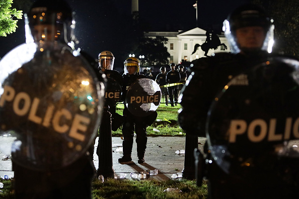 Kneeling「Protesters Demonstrate In D.C. Against Death Of George Floyd By Police Officer In Minneapolis」:写真・画像(18)[壁紙.com]