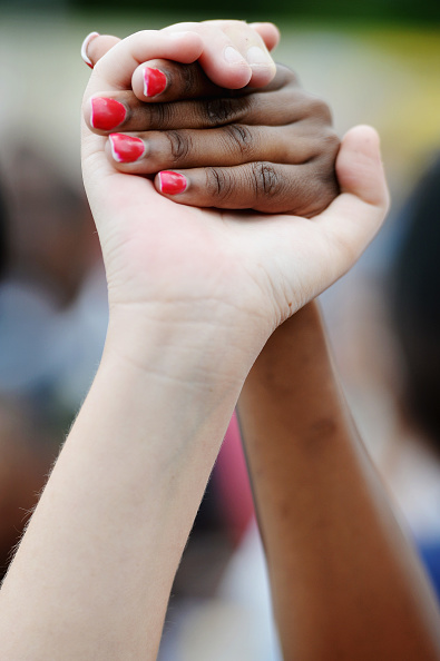 Paying「South Africa Holds A National Day Of Prayer For Nelson Mandela」:写真・画像(15)[壁紙.com]