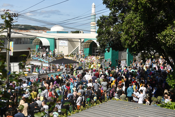 People In A Row「People Attend Friday Prayers One Week On From Christchurch Terror Attack」:写真・画像(10)[壁紙.com]