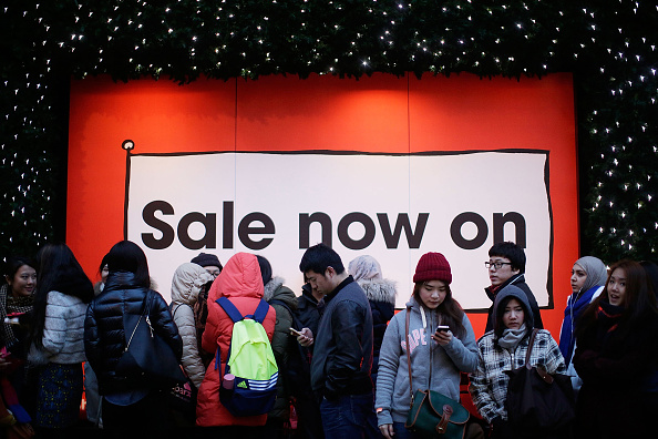 Waiting「Bargain Hunters Begin Shopping In The Boxing Day Sales」:写真・画像(11)[壁紙.com]