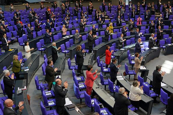 Applauding「Bundestag Debates Legislation To Counter Coronavirus Effects」:写真・画像(14)[壁紙.com]