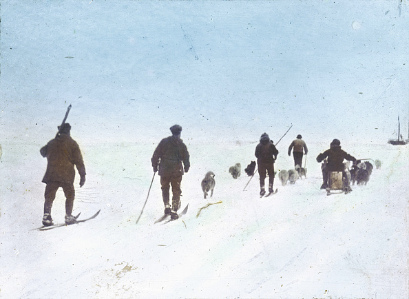 Snowshoe「Members of the Friedtjof Nansen North Pole with snowshoes. Hand-colored lantern slide. Around 1895」:写真・画像(7)[壁紙.com]