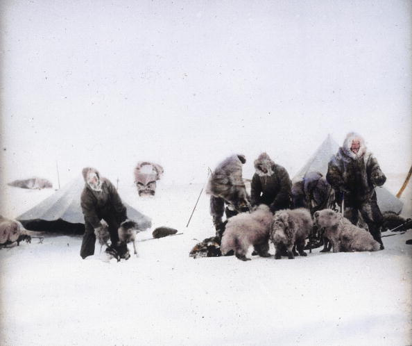 Dogsledding「Members of the Friedtjof Nansen North Pole expedition in the camp. Hand-colored lantern slide. Around 1895」:写真・画像(1)[壁紙.com]