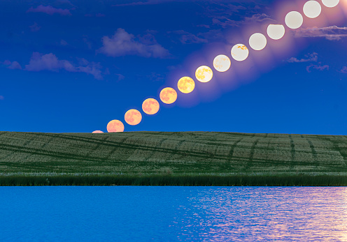 Strawberry moon「Time lapse of a full moon rising over a prairie pond in Alberta, Canada.」:スマホ壁紙(0)