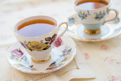 Saucer「Tea in tea cup on table」:スマホ壁紙(10)