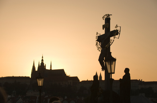 St Vitus's Cathedral「Silhouetted crucifix and cathedral」:スマホ壁紙(7)