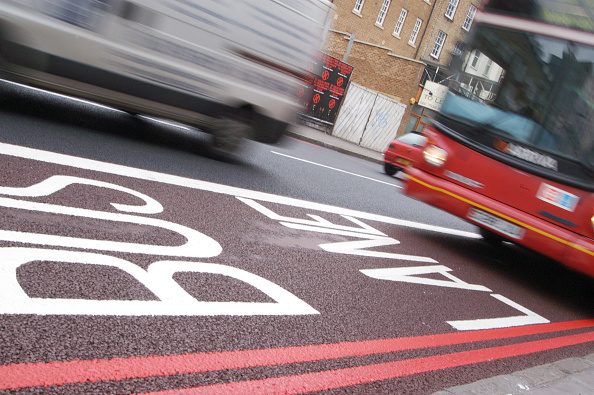 Road Marking「Red bus rushing down a bus lane in Central London」:写真・画像(10)[壁紙.com]