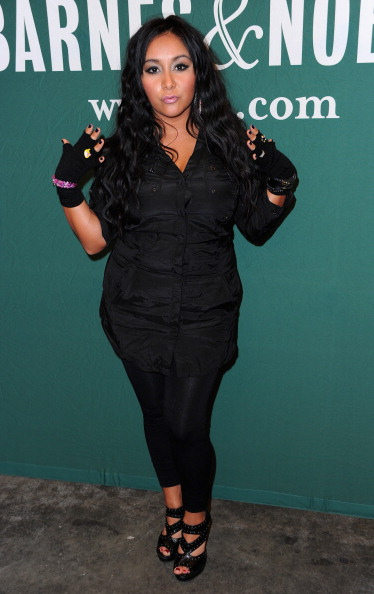 Adult「Nicole 'Snooki' Polizzi Book Signing For 'A Shore Thing'」:写真・画像(12)[壁紙.com]