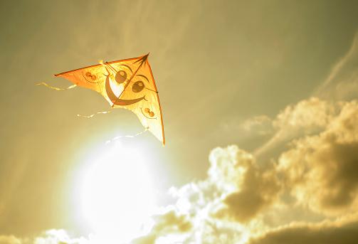Anthropomorphic Smiley Face「Kite flying in sunny sky」:スマホ壁紙(15)
