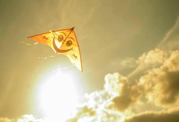 Kite flying in sunny sky:スマホ壁紙(壁紙.com)