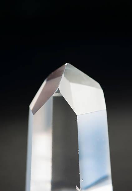 A pure quartz crystal:スマホ壁紙(壁紙.com)