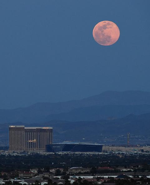 Stadium「'Pink Moon' Is Largest Supermoon Of 2020」:写真・画像(11)[壁紙.com]