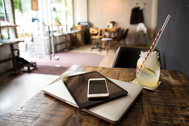 Mobile devices on table in a cafe:スマホ壁紙(壁紙.com)