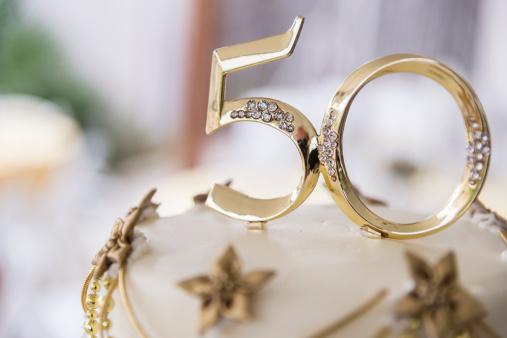 記念日「Number 50 in golden plastic attached to the top of a wedding anniversary cake」:スマホ壁紙(0)