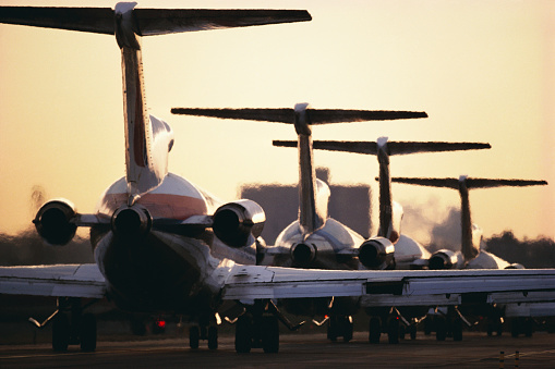 Waiting In Line「Airline Jets Lined up on Runway」:スマホ壁紙(12)