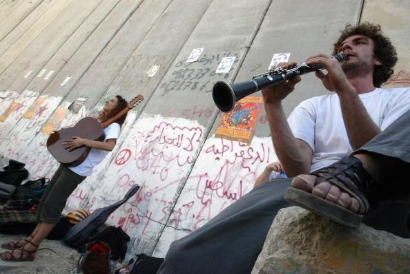 Violin「Kamadjati Musicians From France Give A Concert Alongside Israels Separation Barrier」:写真・画像(12)[壁紙.com]