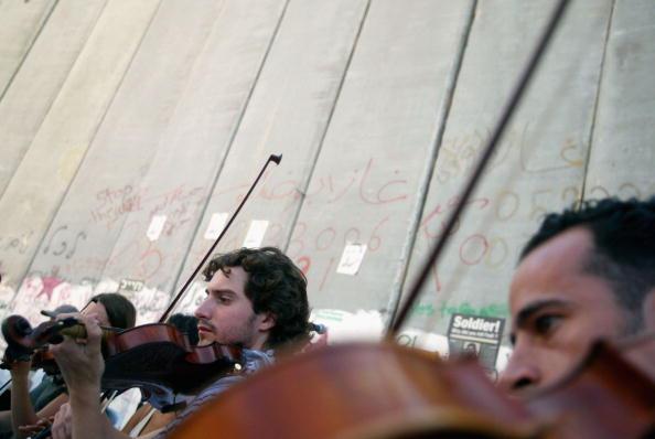 Violin「Kamadjati Musicians From France Give A Concert Alongside Israels Separation Barrier」:写真・画像(13)[壁紙.com]