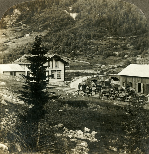 Chalet「On The Picturesque Telemarken Road - Changing Horses At Grundesbro Skyds Station」:写真・画像(13)[壁紙.com]