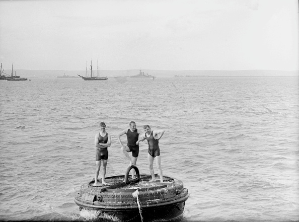 Adult「Men Playing On A Mooring Buoy」:写真・画像(5)[壁紙.com]