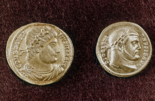 Roman「Gold coins depicting Constantine the Great and Diocletian」:スマホ壁紙(19)
