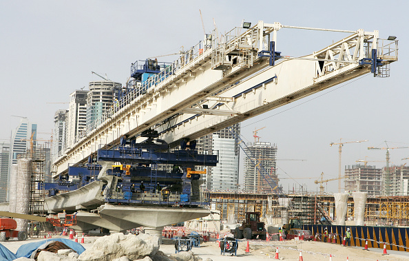 Concrete「Seven launching gantries are used for the installation of viaduct deck segments for the Dubai Metro. The gantries provide a fasttrack installation process, which enables a complete viaduct span to be erected in two days, according to the Roads and Transp」:写真・画像(1)[壁紙.com]