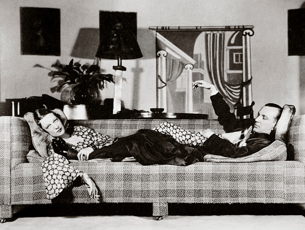 Sofa「Noel Coward And Gertrude Lawrence In A Scene From 'Private Lives' New York USA 1931」:写真・画像(7)[壁紙.com]