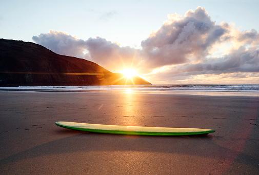 Skating「Longboard surfboard resting on Woolacombe beach」:スマホ壁紙(12)