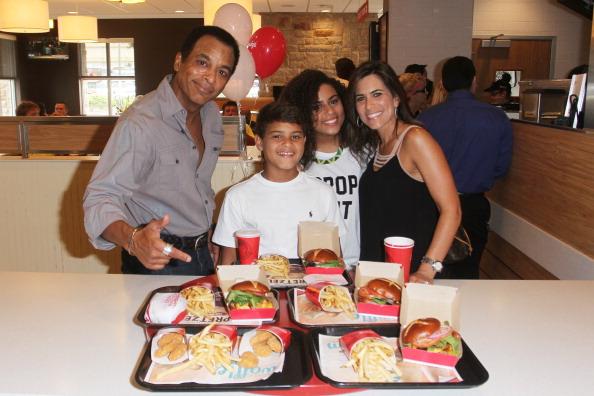 Food and Drink Establishment「Two-Time Grammy Award Winner Jon Secada Surprises Customers At His Childhood Wendy's Restaurant」:写真・画像(7)[壁紙.com]