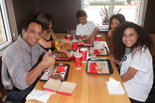 Food and Drink Establishment「Two-Time Grammy Award Winner Jon Secada Surprises Customers At His Childhood Wendy's Restaurant」:写真・画像(8)[壁紙.com]